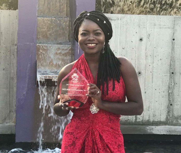Liberia model Mapillar Dahn, with her award.